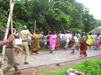medi_police_lathi_lady