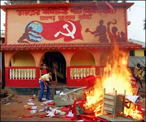 tribals_burn_government_offices