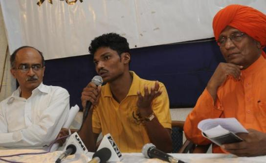 Lingaram Kadopi from Chhattisgarh addressing a press conference flanked by Prashant Bhushan and Swami Agnivesh in New Delhi on Monday